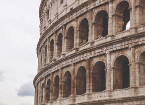 A beleza e história do Anfiteatro Flaviano, bem no centro de Roma, na Itália
