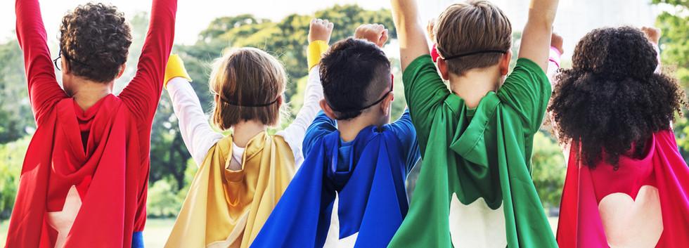 Enfants avec des capes