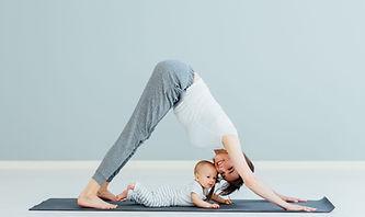 Madre che fa yoga con il bambino