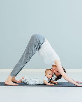 Moeder doet yoga met baby