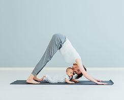 Madre haciendo yoga con bebé