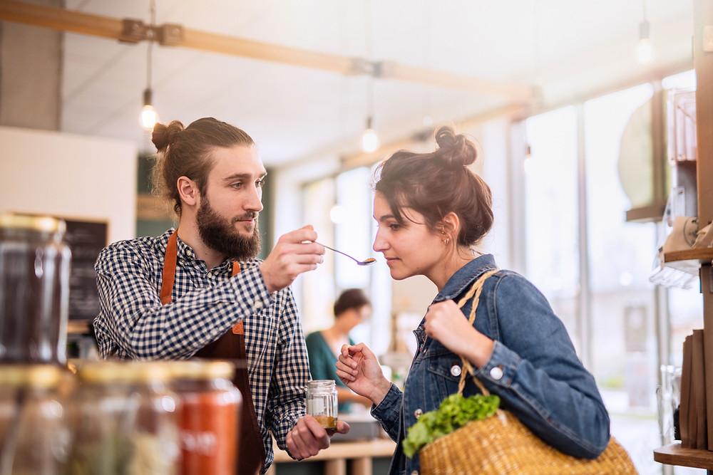 Es probable que los clientes que se sienten importantes gasten más y se queden más tiempo