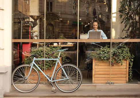 Arbetar på café