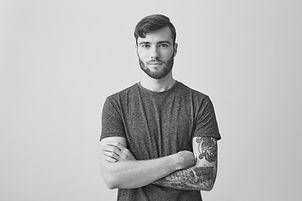 Jeune homme avec tatouage bras