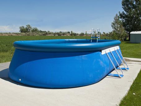 Saiba como limpar uma piscina de plástico passo a passo