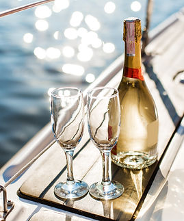 Bottiglia e bicchieri di champagne