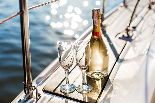 Champagnerflasche und Gläser