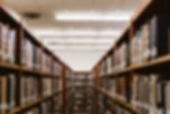 Scaffali di libri della biblioteca