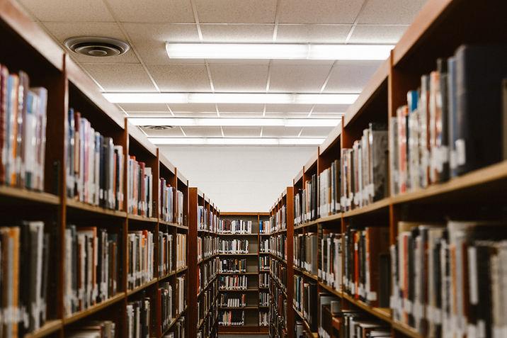Estantes de libros de la biblioteca