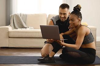 Couple avec ordinateur portable