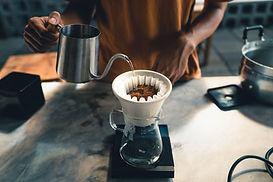 將咖啡倒入過濾器