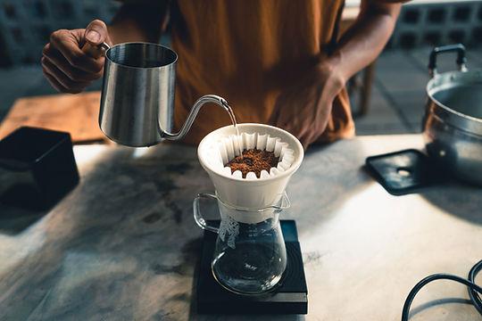 フィルターにコーヒーを注ぐ
