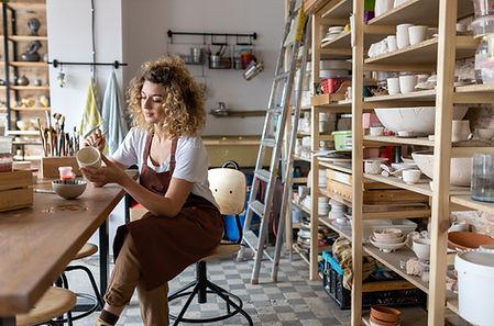 Femme en studio de poterie