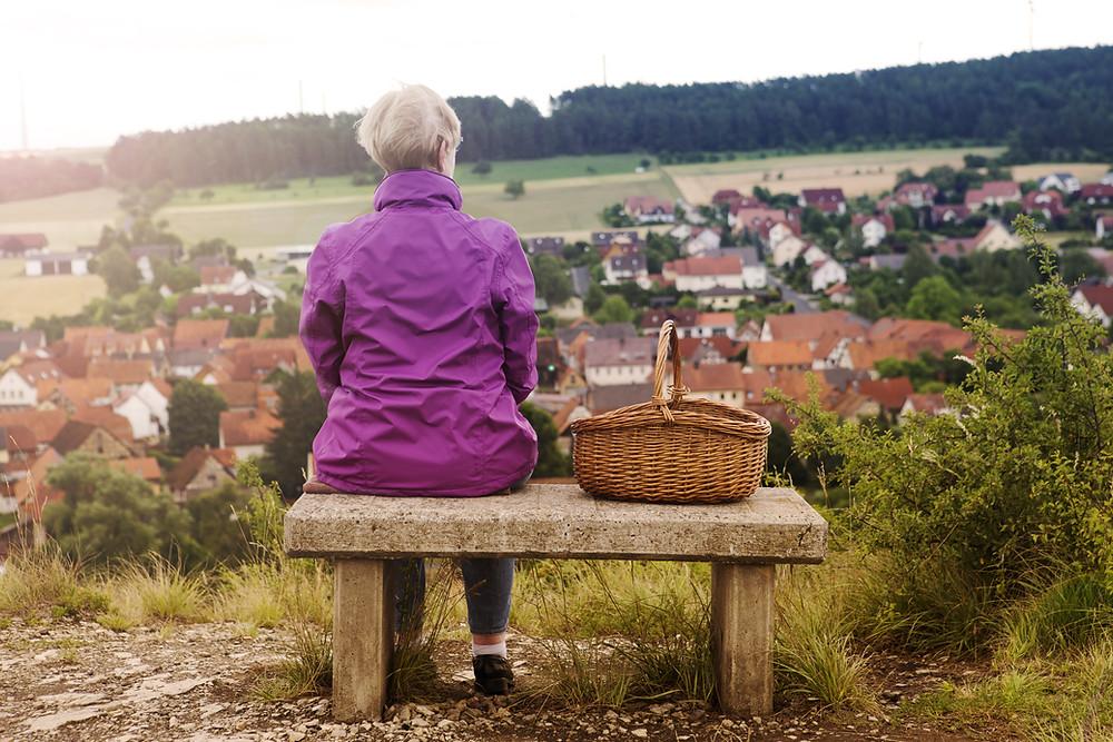 אישה משקיפה על הנוף