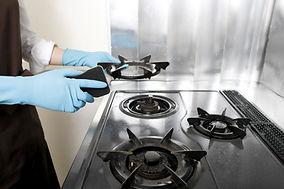 Limpando um fogão a gás