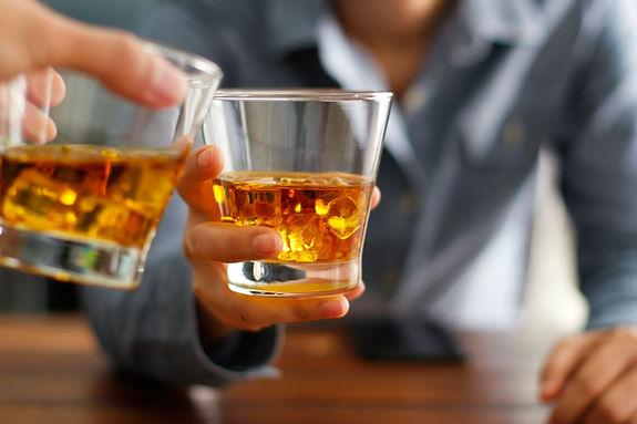 Tintineo de vasos de whisky