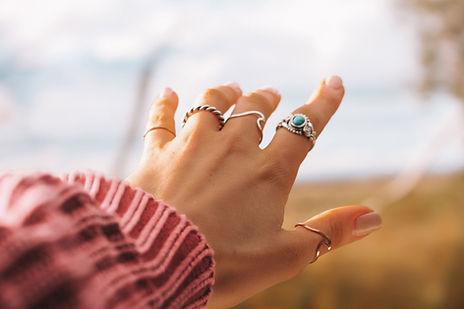 Mano con anillos