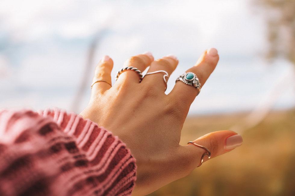Main avec anneaux