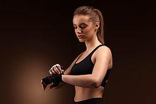 Mujer con guantes de entrenamiento
