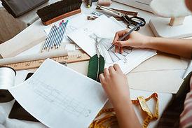 Styliste dessinant un modèle