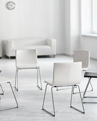 Puste krzesła