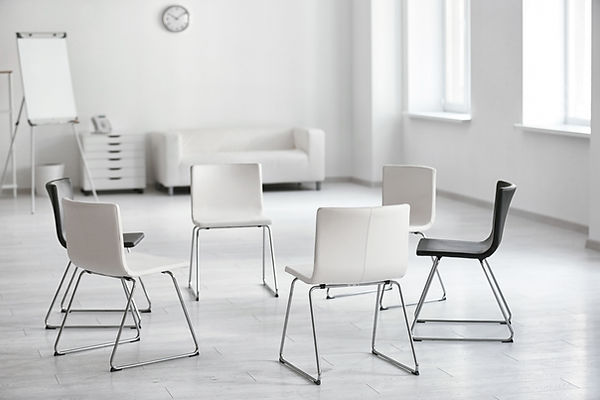 Leere Stühle