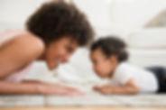 Mère et bébé sur le plancher