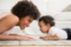 Madre y bebé en el piso