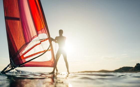 Windsurfen bei Sonnenuntergang