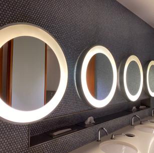 Lavandini e specchi del bagno