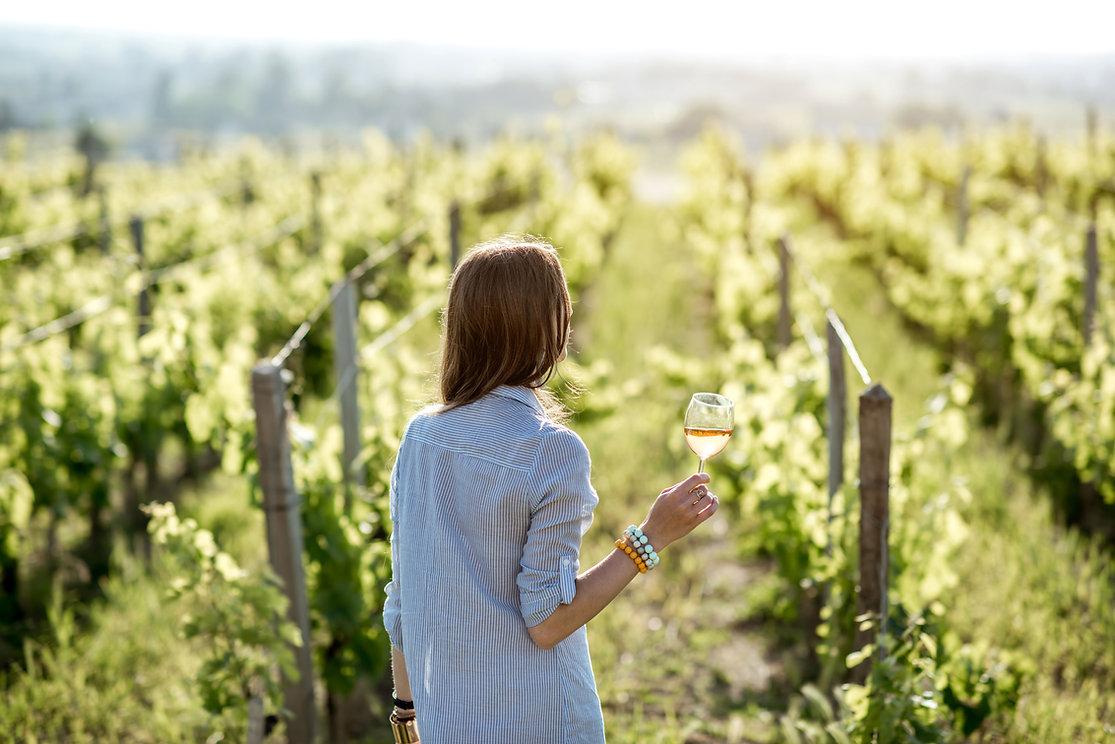 Femme dans un vignoble