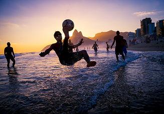 Pôr do sol e futebol