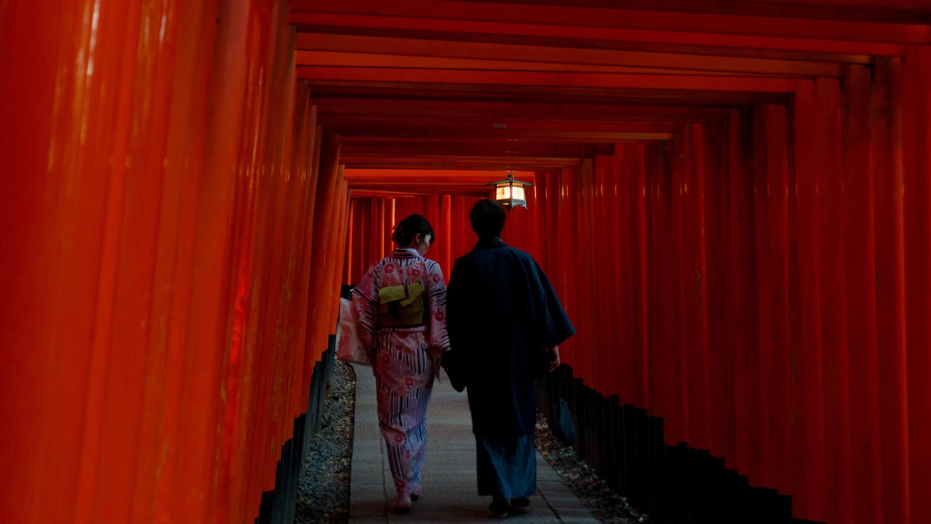 Camminando attraverso il torii