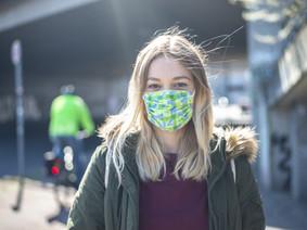 Het heeft geen zin om buiten mondmaskers te dragen; je kan het virus niet oplopen; dat is onmogelijk