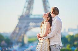 Couple face à la tour Eiffel