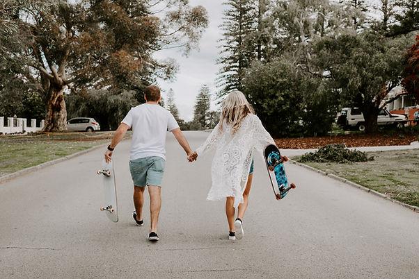 Paren met skateboards