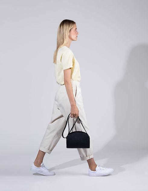 Modelo com bolsa