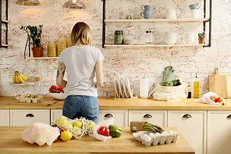 Frau, die Essen zubereitet