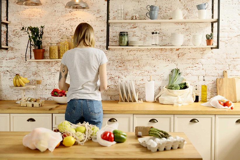 Mulher preparando comida
