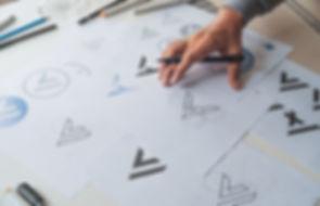 Diseñador de logotipos en el trabajo