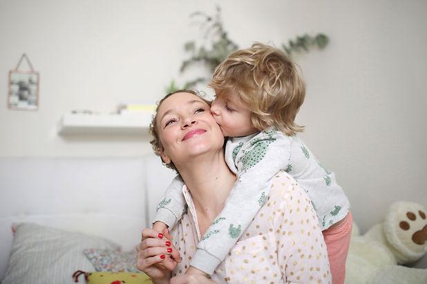 Enfant aimant avec sa maman de bonne humeur grâce au PSIO