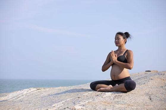 Yoga prénatal au bord de la mer
