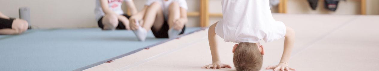 Jungen während einer Gymnastikübung