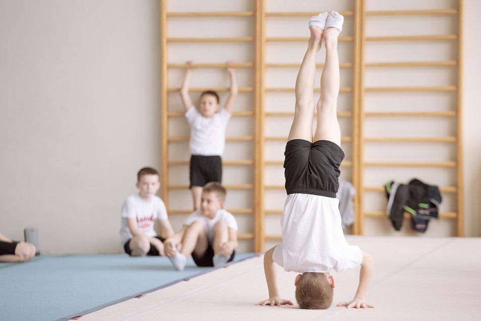 Chłopcy podczas treningu gimnastycznego