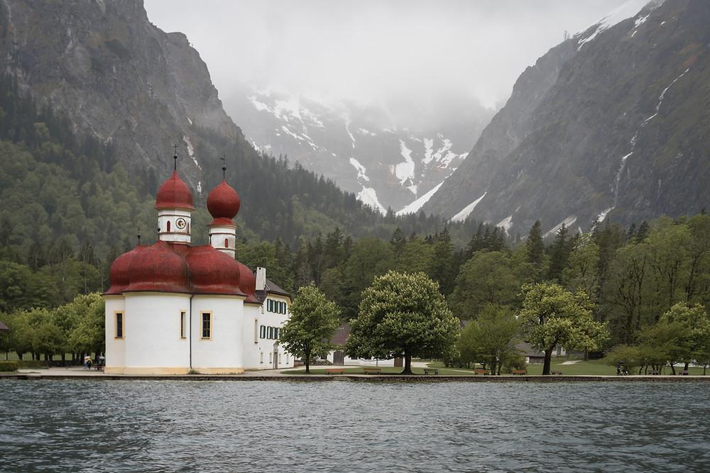 Kirche am See am Waldrand in der Natur