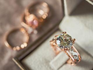 Quién debe comprar los anillos de matrimonio?                          La novia?