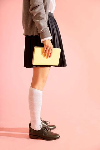 Menina segurando um livro