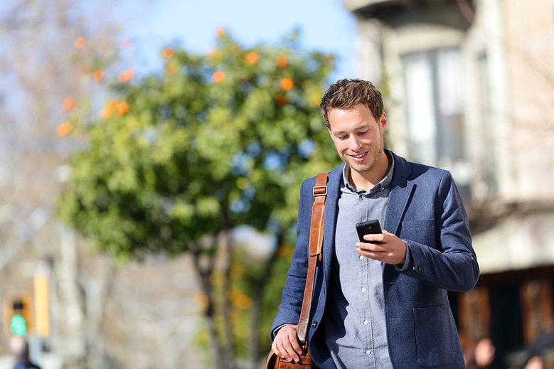 Homem com celular