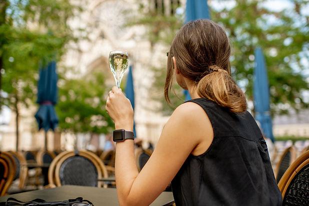 Apreciando um copo de vinho
