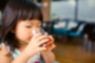 Menina bebendo suco